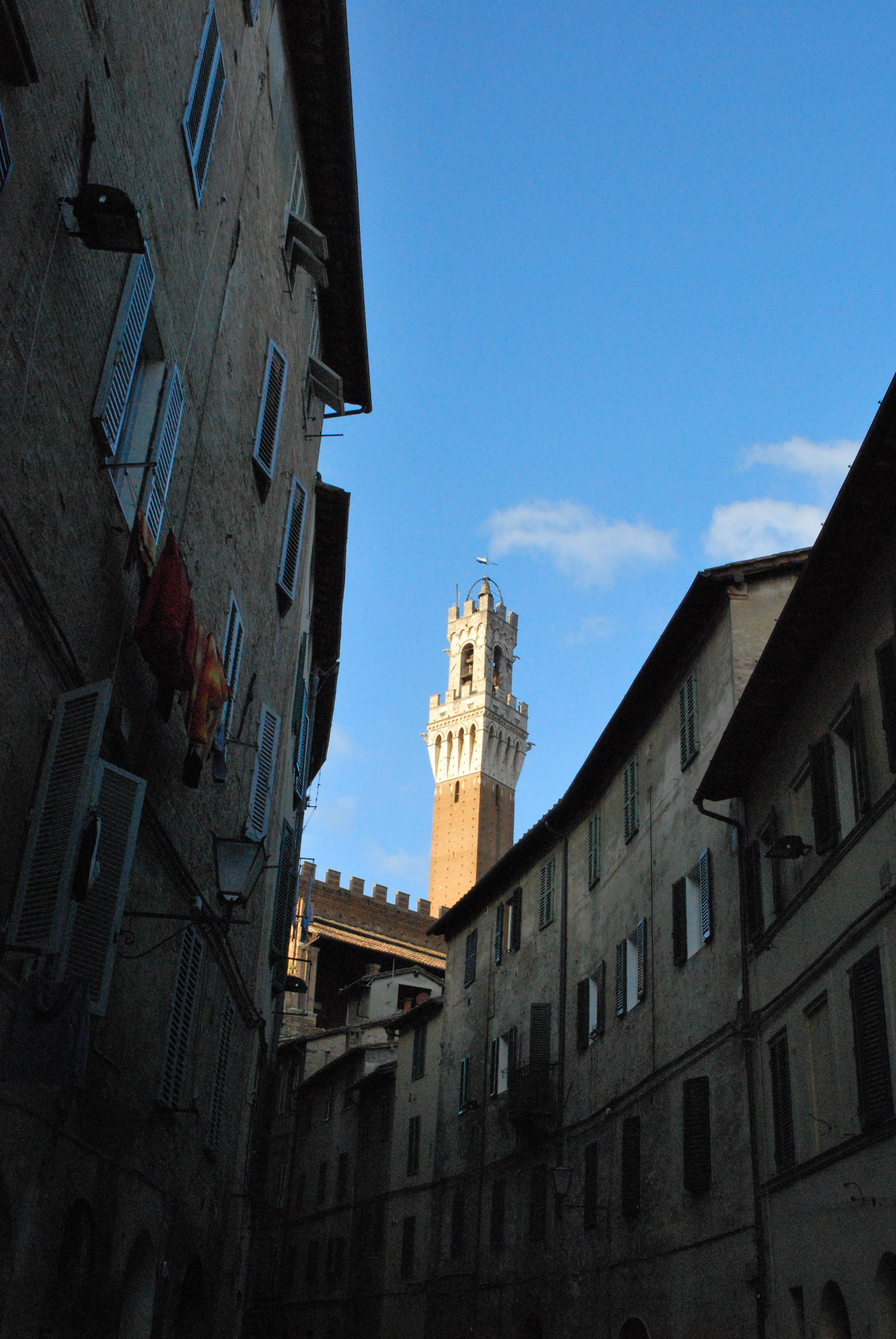 Scorcio di piazza del Campo da un vicolo, Siena, foto di Francesca Pelagatti