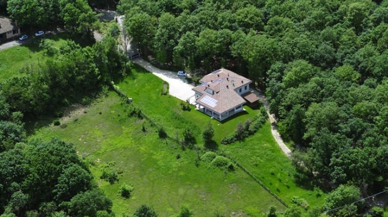 Il giardino e il bosco che circondano il B&B  Il Richiamo del Bosco, Boschi di Carrega, Parma