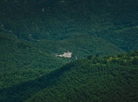 among the wooded hills, you can glimpse the Eremito Hotelito del Alma (Orvieto, TR)