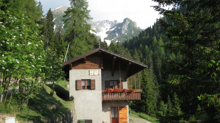 Baita Knopnbolt Hött, a mountain cabin in Trentino
