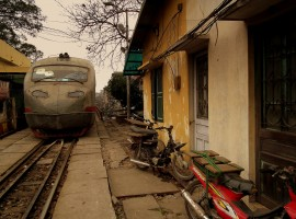 Vietnam by train: Reunification Express rails also run in the alleys
