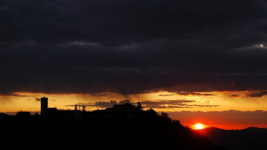 Castel D'Aiano's silhouette, photo by Matteo Palmieri via flickr