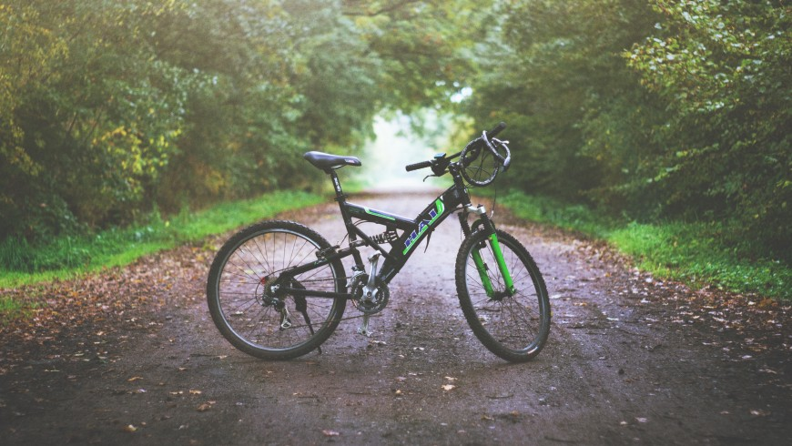Bike in the middle of a path, photo by Eddie Lackmann via Unsplash