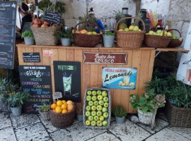 Fruit and fresh fruit shakes in a square in Split. Photo by S. Ombellini
