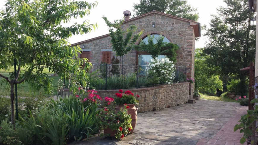 Organic farmhouse in Tuscany with a beautiful garden of roses