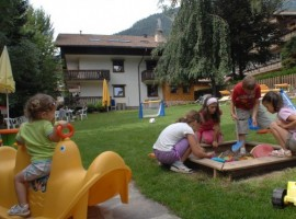 Fun for all the family in the garden of Residence Lastè