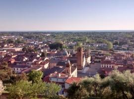 Vista aerea di Pietrasanta e della Versilia raggiungibili dal BnB Borgo4Case