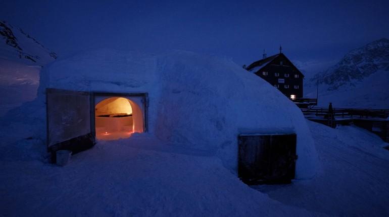 Sleep in an igloo like an Eskimo