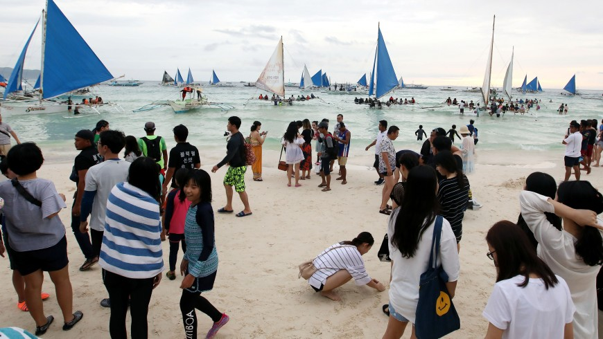 Boracay, overcrowded boats and tourists - Pacific Islands