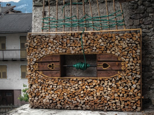 Mezzano, the village where the piles of wood become art