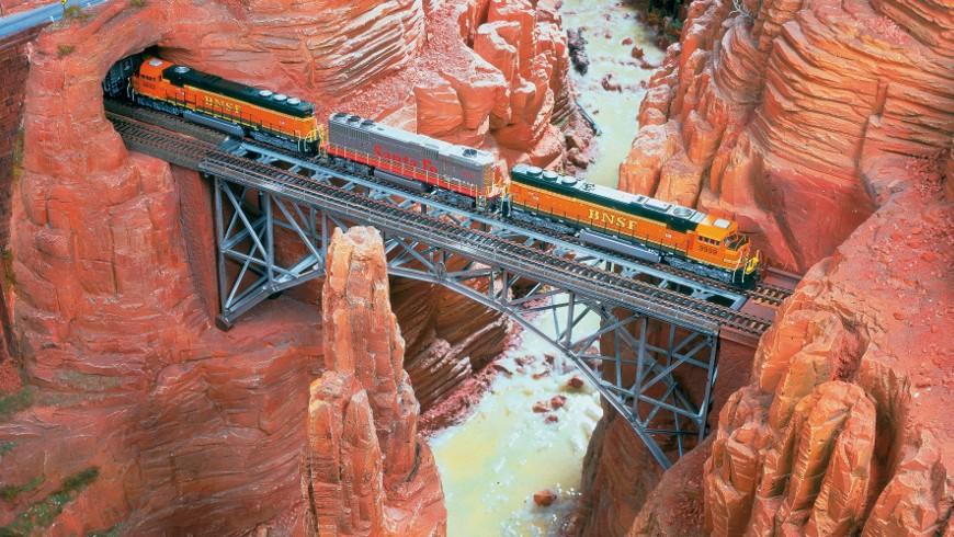 Travel by train through the Grand Canyon, photo via Miniatur Wunderland