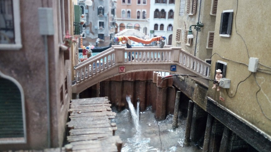 A bridge between the streets of Venice, in Miniatur Wunderland
