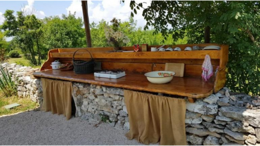Have an eco-glamping experience and cook in the middle of nature with your couple at the Eco Glamping Freedom, in Istria