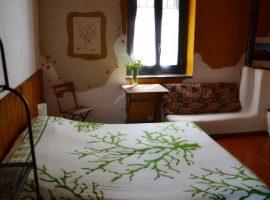 Bedroom at straw bale house felcerossa